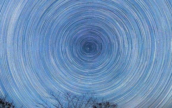 北極星を中心とした星の軌跡
